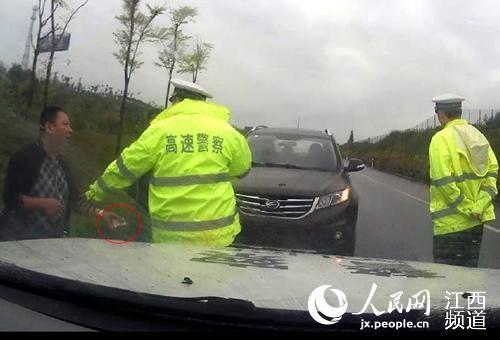司机贿赂交警被拒