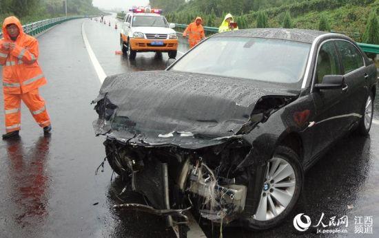 宝马车因为缺乏保养在高速公路爆胎发生事故。