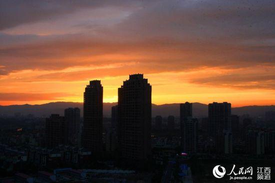 暴雨冲刷后的南昌异常清新,夕阳美景令人陶醉。