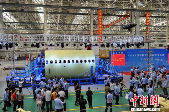 5月15日,由中航工业洪都研制的中国国产大飞机C919前机身大部段在江西南昌成功下线。 刘占昆 摄