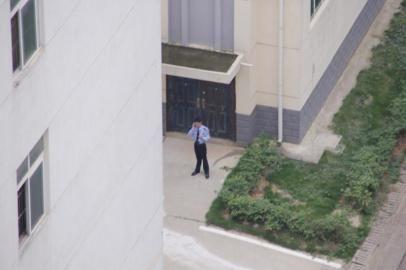 5月13日下午,记者看到监区内一名民警用手持设备通话。