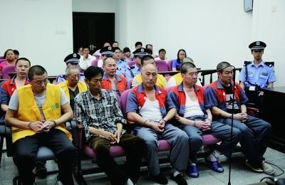 因被告人人数多,他们被分为两排坐在了被告人席上