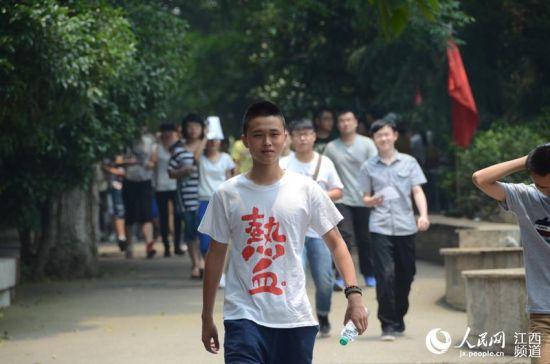 """语文考试结束,一考生走出考场,T恤上""""热血""""二字异常醒目。"""
