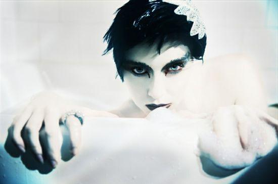 人体艺术:摄影师拍浴缸中的美女