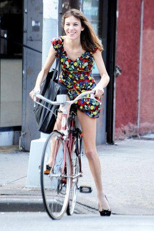 尽量不骑自行车 -南昌姑娘夏季穿搭贴士 穿超短裙需谨慎 新浪江西同城图片