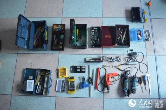 警方缴获大量制造枪支的配件、弹药。