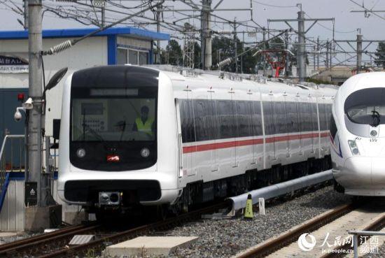 南昌市民代表团赴长春试乘南昌首列地铁(图)
