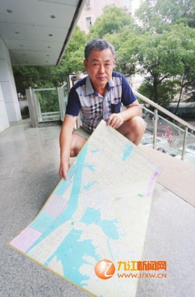 程建魁自制九江地图。(记者 张驰 摄)
