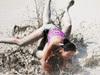 污泥中肉搏的美女