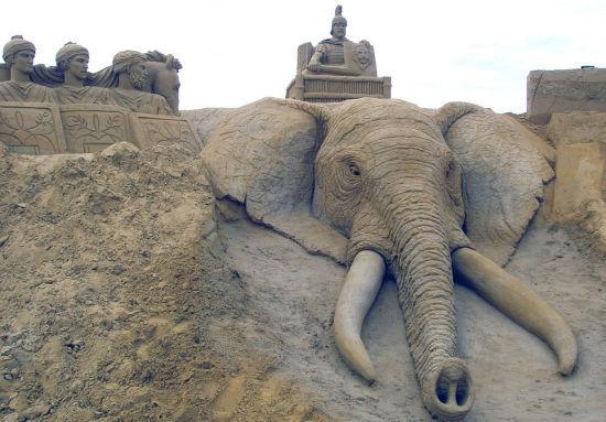 英夫妇环游世界同时创作巨型沙雕