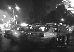 南昌的哥路中间拉客 交警车上玩手机