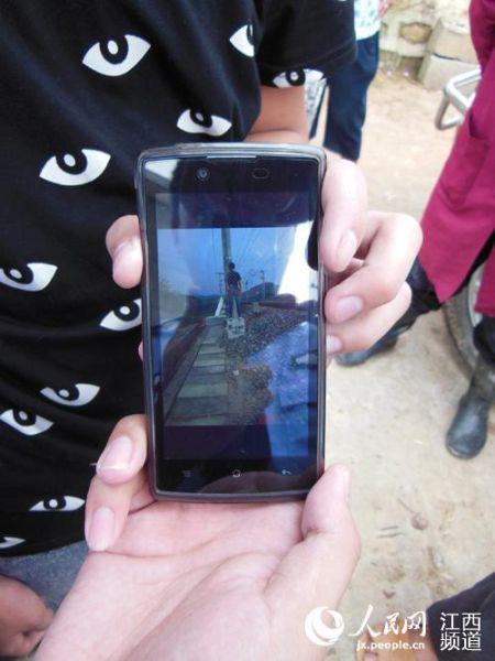 孩子们在铁路线路上拍摄的照片