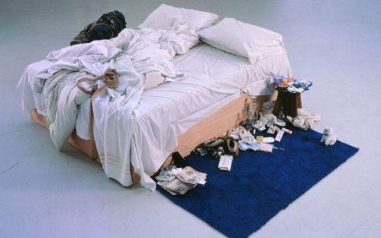 女艺术家混乱床铺拍卖价超两千万网友惊叹