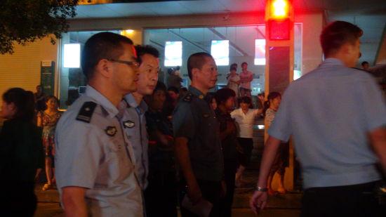 交警和城管在进行整治行动