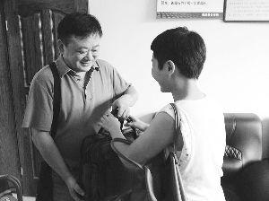 杨薇波将皮包还给程先生