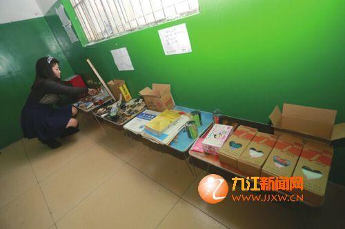 孙梦捷在楼道整理货品。(首席记者 刘家 摄)