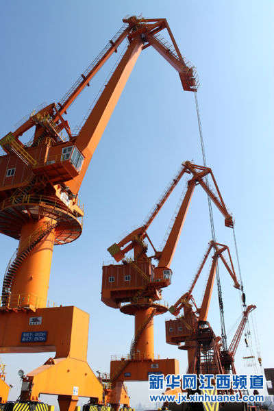 的大型塔吊设备