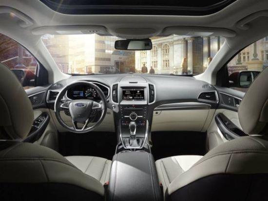 新浪汽车讯 在即将开幕的2014年广州车展前夕,长安福特于11月18日在广州举行了长安福特无止境之夜活动。活动上,全新锐界和全新福睿斯完成了首发亮相。   全新锐界   新一代锐界被福特寄予厚望,与新一代蒙迪欧和麦柯斯共享福特全球C/D平台,更注重豪华感和品质感,定位稍高于老款,在欧洲市场担当福特旗舰车型。在欧洲福特的车型阵营中,新一代锐界、翼虎、翼博分别面向中型、紧凑型和小型SUV市场。全新锐界将在长安福特的杭州工厂投产,预计明年2月上市销售。 长安福特全新锐界/福睿斯车展前首发亮相