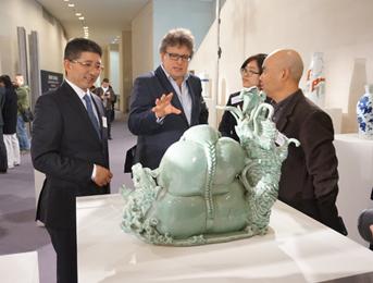 英国广播电视台1套——鉴宝之路主持人、瓷器和东方艺术专家和鉴赏专家、历史学家Lars Tharp参观展厅