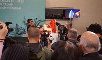 艺术家周国桢(右)与王绪远(左)共同揭幕作品《领头羊》