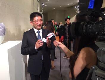 策展人陈海波接受媒体采访