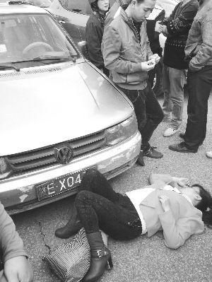 女子与男友吵架情绪失控 撞向出租车寻死_新浪