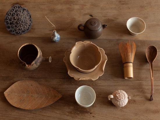 图郑在东家里有数不清的茶道具,最贵重的他会仔细收起来,一般的就都混在一起,喝茶时随时拿来用