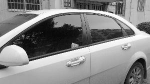 车子车窗缝隙里,经常被塞进名片式广告,让他不胜其烦.当天早高清图片