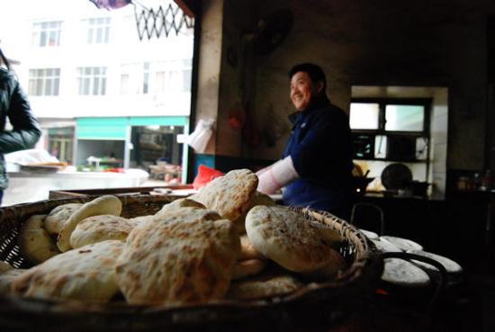 张周虎夫妻俩经营着祖传的烧饼老店