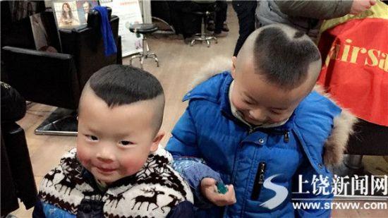 """和""""wifi""""发型的男童,纷纷掏出手机拍照"""