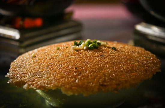 一碗带锅巴的糯米饭,既可作主食,也是一道菜。