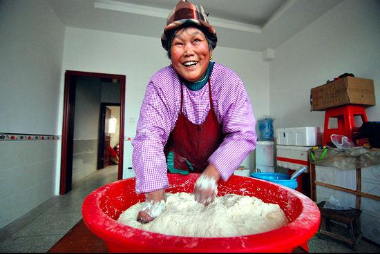 下午5点,九江县港口街镇茶岭村老人徐淑萍开始揉面,用水兑上盐,揉面需要大约40分钟时间