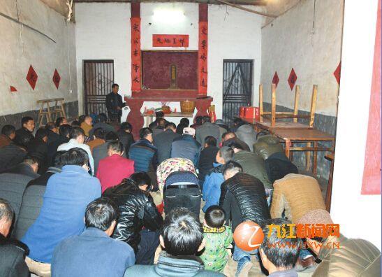 村民在祠堂跪听祖辈传下来的家训
