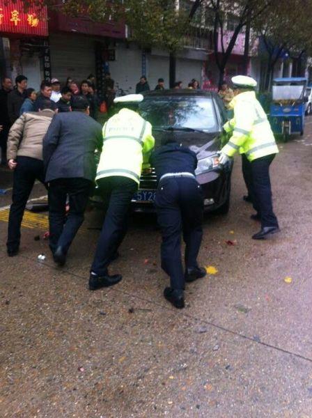 交通事故路堵塞 警民合力保畅通