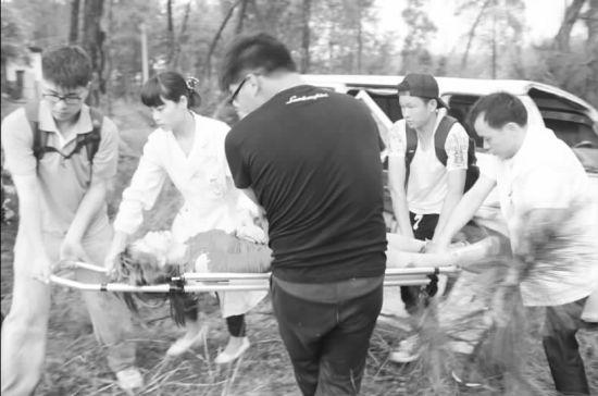 本报讯万洋、首席记者贺晓梅摄影报道:世界那么大,他们要去看看。今年的这个五一小长假,对于井冈山大学程丽红等14名大学生而言,注定会是难忘的。5月1日16时40分,他们在去看世界的路上,亲眼目睹了一起车祸的发生,并在车祸发生后积极参与救人,在大雨中,为伤者撑起了救护伞。