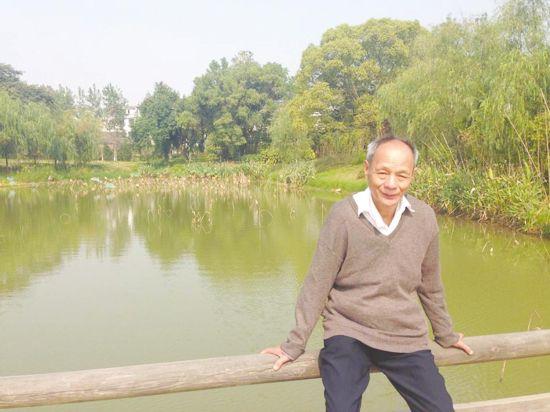 欧阳女士表示,父亲走时对母亲说了句我去见一个老乡。父亲出门没多久,母亲还站在窗口看了看父亲的去向,却意外发现父亲并没往其老乡居住地(即马路对面的天龙花园)走,而是径直走向滨江公园 。发现情况不对后,我母亲赶紧出门追了过去,可到了吉安宾馆至滨江公园的斑马线处就看不到人影了。   3日晚上,欧阳女士一家人兵分多路寻找父亲,但都无果 。无奈之下,欧阳女士当晚就通过微信圈 、网站发布了寻找父亲的消息 。   4日早上,见父亲还没回家,欧阳女士报了警 。4日8时,欧阳女士来到吉州公安分局查看相关监控视频,直