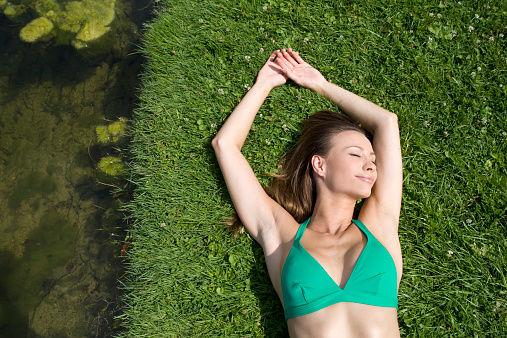 第五种瘦手臂妙方:注意平日里的饮食习惯,多吃水果多喝水,在平常的菜肴里可以多吃一些洋葱、木耳之类,然后水果吃一些荔枝,这些不仅能够使你的手臂减肥,而且还有排毒养颜,美白肌肤的功效。   5个动作帮你轻松减掉手臂赘肉   1、夹击双臂   将双臂向前伸直抬至胸前,尔后利用手臂的力量将双臂相向用力夹击,与此同时手掌合拢、十指交错,保持该姿势15秒后,缓慢恢复原姿势,反复练习该运动直至双臂感到酸累,这个动作能使你的手臂肌肉变得紧实,常练习这个动作能使你轻松拥有细臂。   手臂操让你快速摆脱手臂赘肉   2、