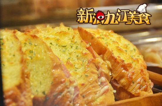 法式乳酪三明治 5元法棒切片火腿片沙拉酱加上芝士条 焦脆酥香