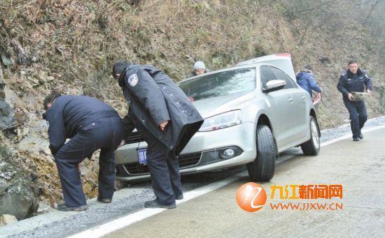 庐山交警救助事故车辆。