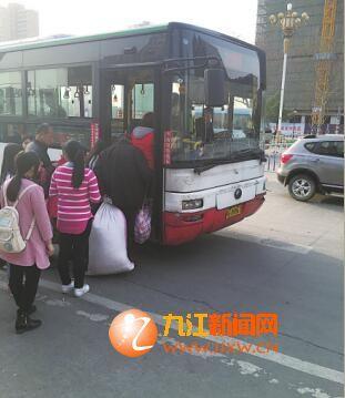 市民傍晚乘公交车回家。