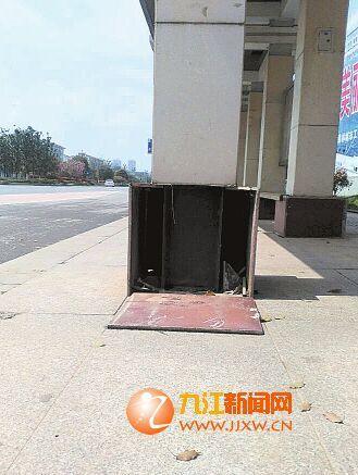 公交站台瓷砖脱落。