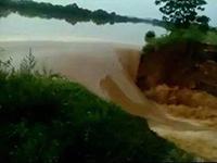 鄱阳县泄洪道河堤出现堤身溃口 紧急转移1.3万人
