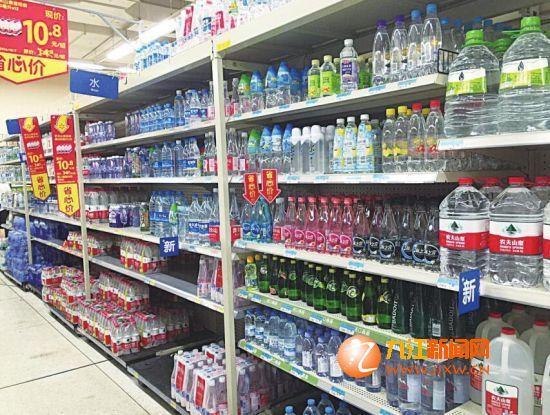 """水市场打起营销战 瓶装水换包装提升""""颜值""""图片"""