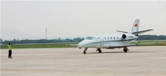 上饶三清山机场迎首架飞机降落