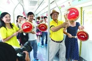 市民代表试乘南昌首列地铁:空间大 速度快