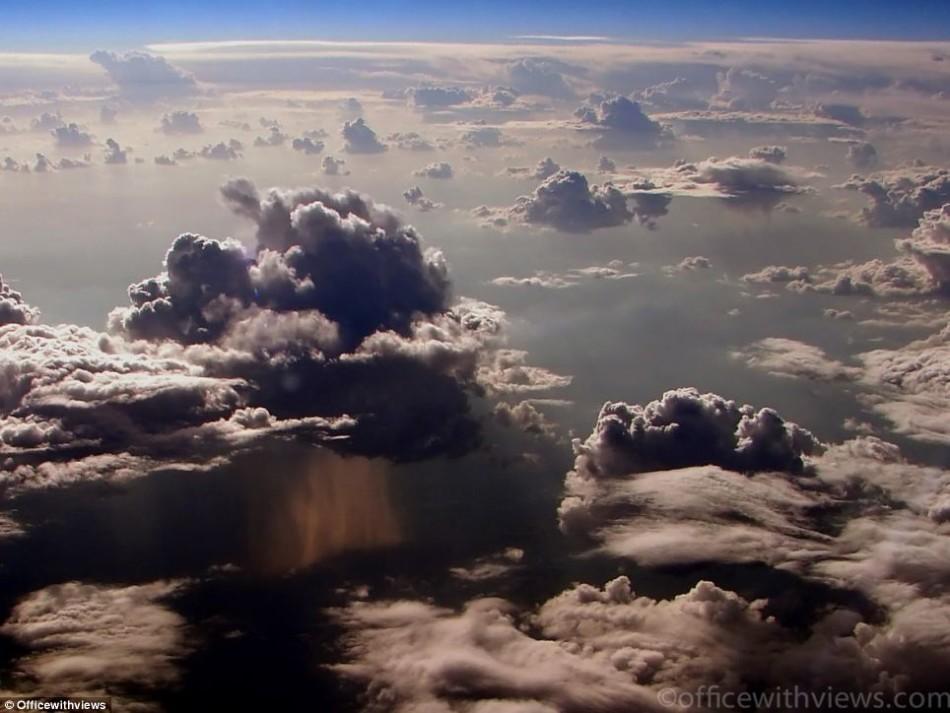 从飞机驾驶舱看下雨云层